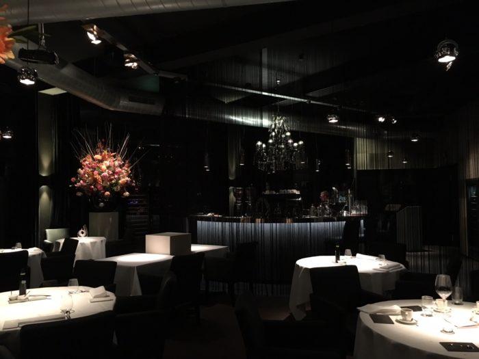 bij binnenkomst valt het interieur gelijk op aan de poel is luxueus ingericht met veel matzwart kroonluchters mooie bloemen in grote vazen ronde tafels